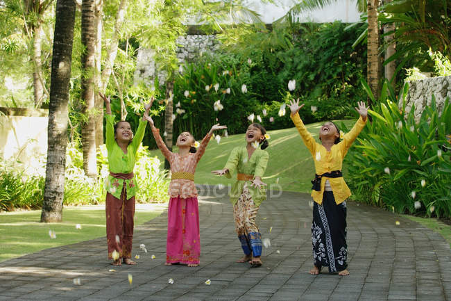 Balinese ragazze che ridono — Foto stock