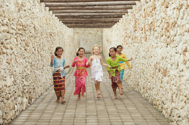 Счастливые балийские девочки бегут — стоковое фото