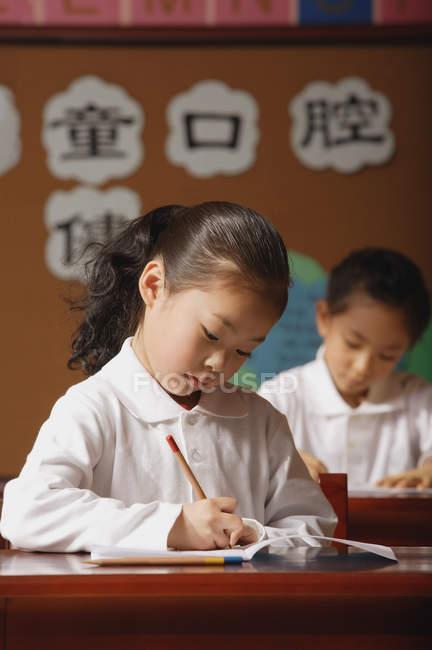 Studentesse che scrivono in classe — Foto stock