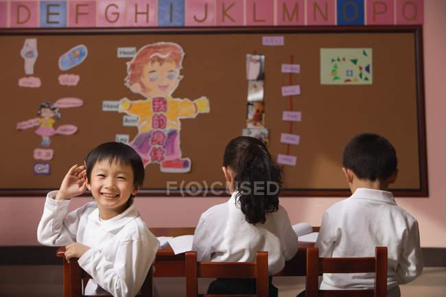 Studenti seduti in classe — Foto stock
