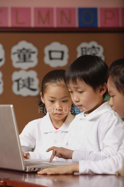 Schüler nutzen Laptop im Unterricht — Stockfoto