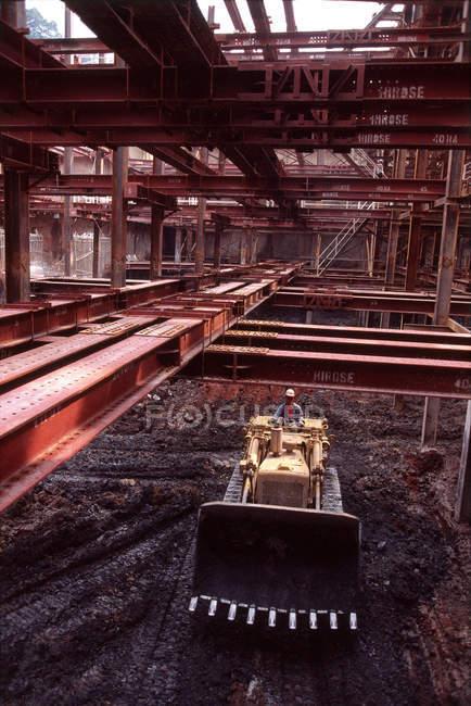Bulldozer funzionamento uomo — Foto stock