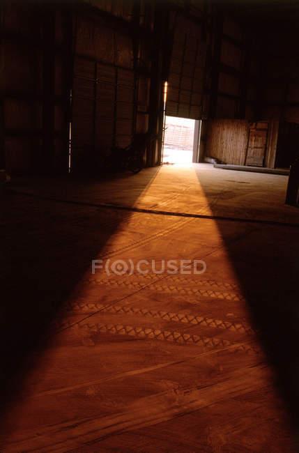 Luce solare dalla porta — Foto stock