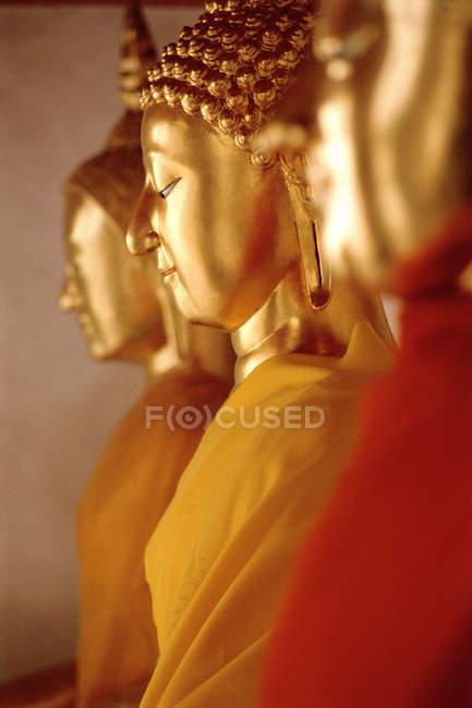 Buddha-Statuen hintereinander — Stockfoto