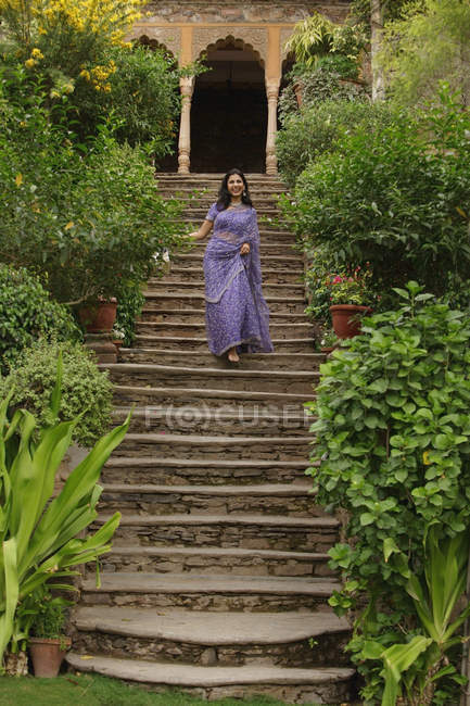Молода жінка в Сарі — стокове фото