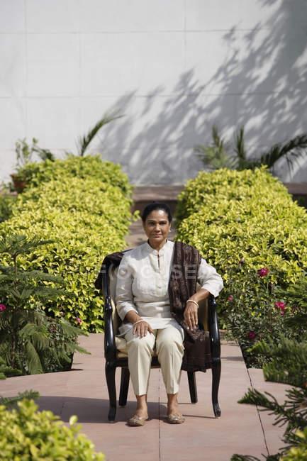Mujer sentada en la silla - foto de stock
