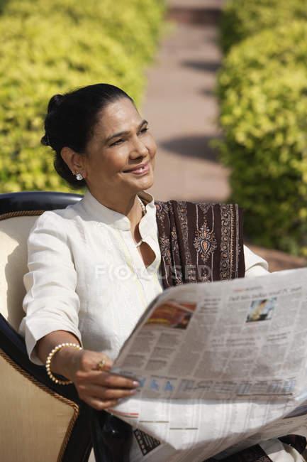 Mulher lendo jornal — Fotografia de Stock
