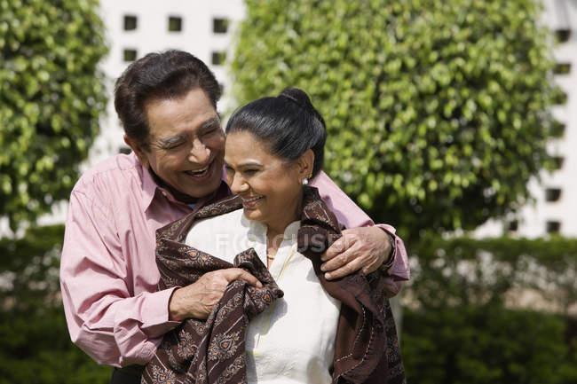 Зрелая любящая пара — стоковое фото