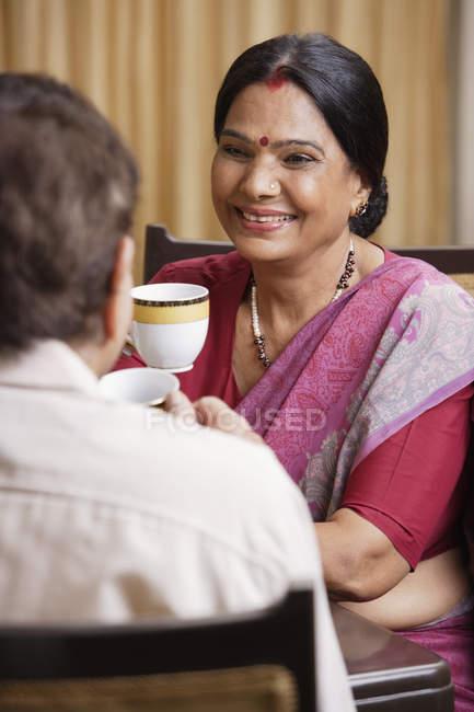 Coppia bere il tè — Foto stock
