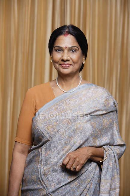 Retrato de mujer en sari - foto de stock
