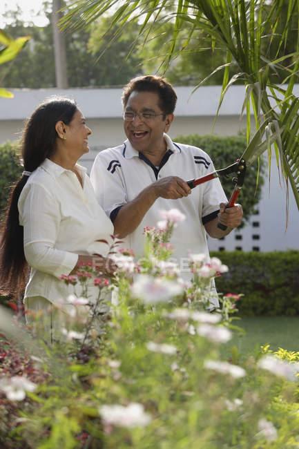 Maduro casal jardinagem — Fotografia de Stock