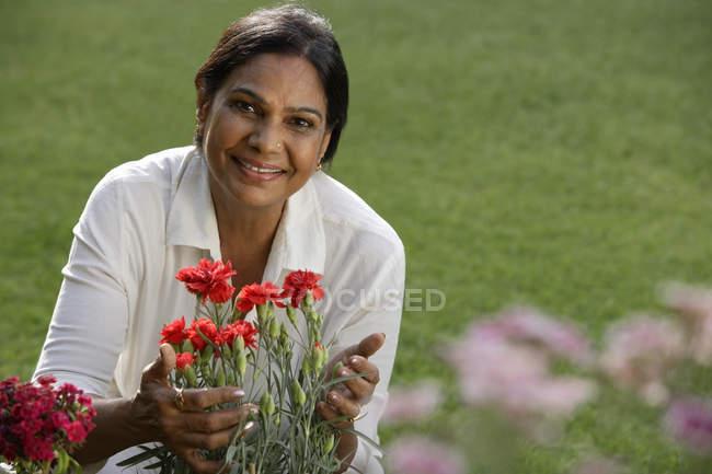Mulher indiana com flor — Fotografia de Stock
