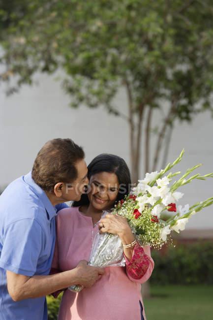 Uomo baciare donna — Foto stock