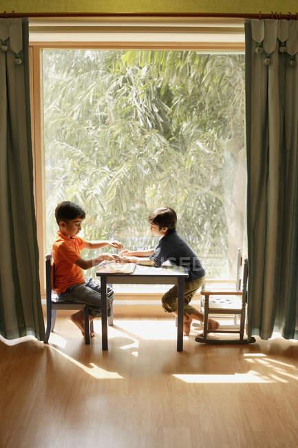Deux petits garçons jouant — Photo de stock