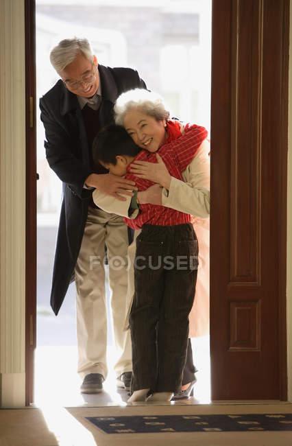 Niño saludando abuelos - foto de stock