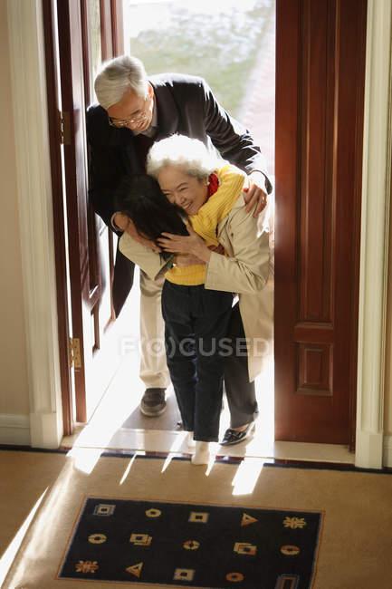 Niña saludando abuelos - foto de stock