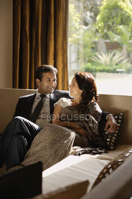Coppia seduta sul divano — Foto stock
