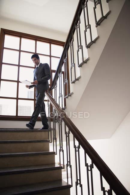 Бізнесмен прогулянки вниз по сходах — стокове фото