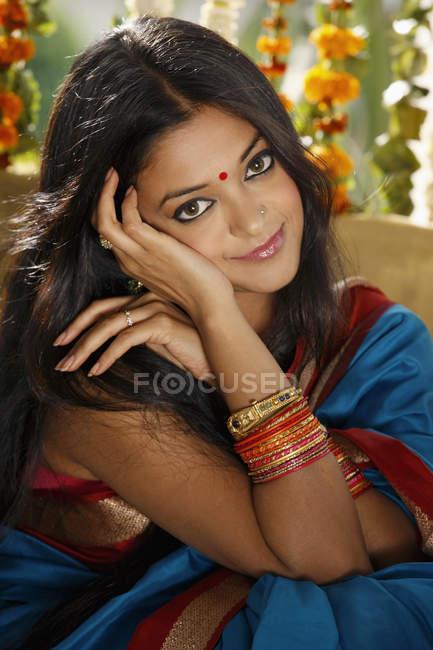 Jovem mulher em sari — Fotografia de Stock