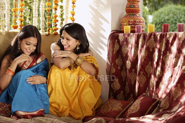 Dos mujeres jóvenes conversando - foto de stock