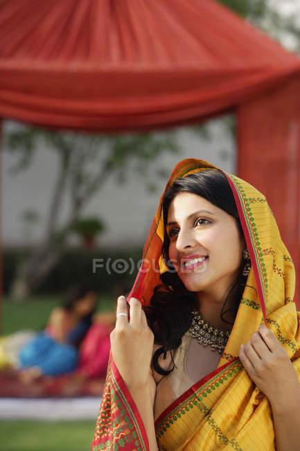 Jeune femme en sari — Photo de stock