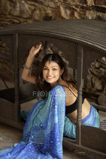 Jeune femme à sari — Photo de stock
