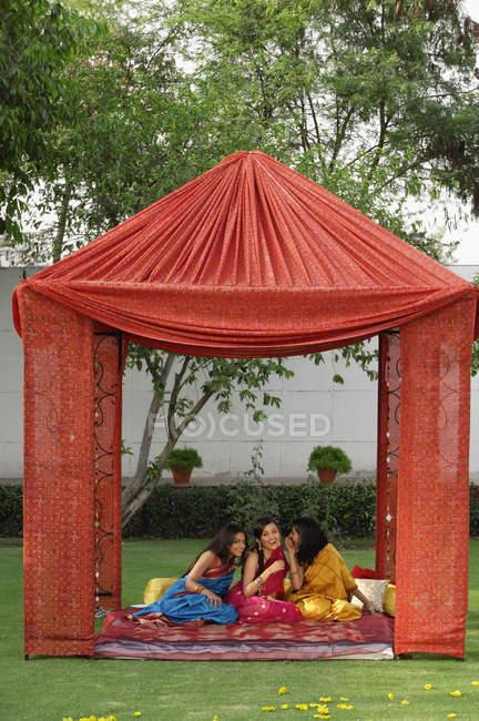 Jeunes femmes en sari — Photo de stock