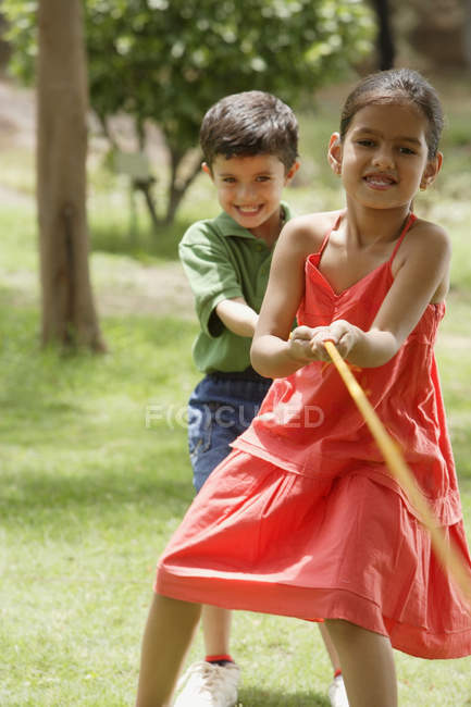 Bambini che giocano a tiro alla fune — Foto stock
