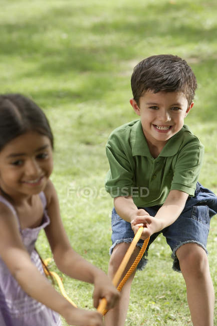 Kids playing tug-o-war — Stock Photo