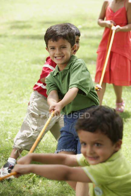Діти грають буксир o війна — стокове фото