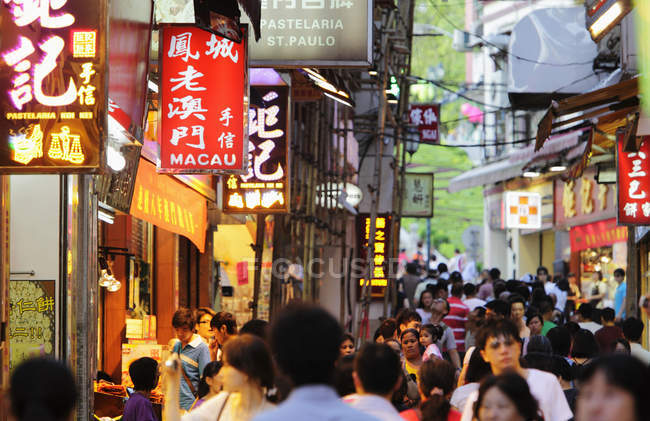 Calle abarrotada con pancartas y letreros - foto de stock