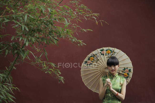 Donna che indossa un abito tradizionale cinese — Foto stock