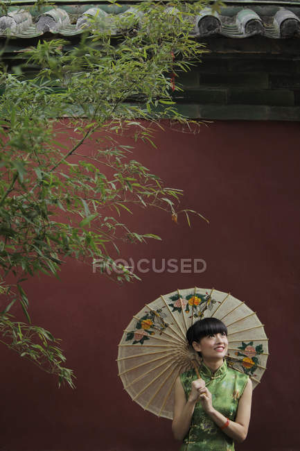 Femme portant la robe traditionnelle chinoise — Photo de stock