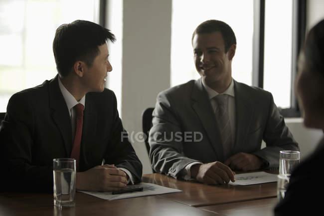 Gens d'affaires Parler pendant la réunion — Photo de stock