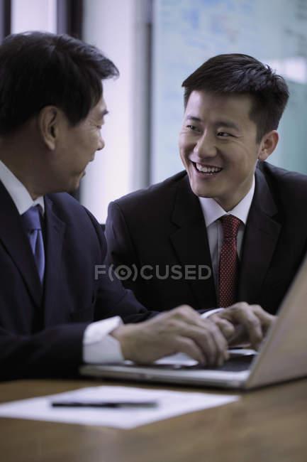 Homens de negócios trabalhando em um laptop — Fotografia de Stock