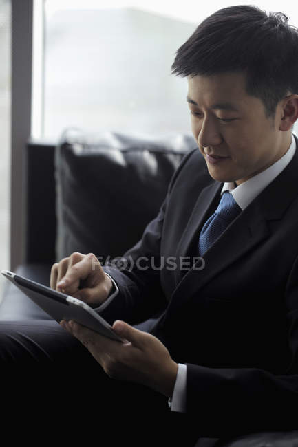 Empresario trabajando en tableta digital - foto de stock