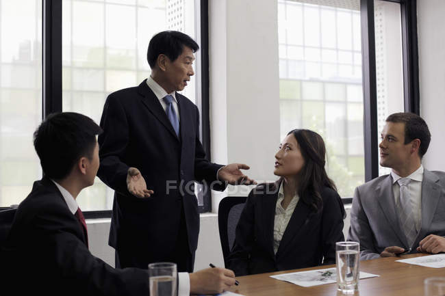 Чоловік стоїть і говорити в офісі — стокове фото