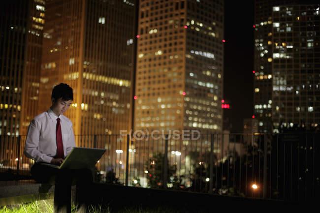 Jeune homme travaillant sur ordinateur portable — Photo de stock