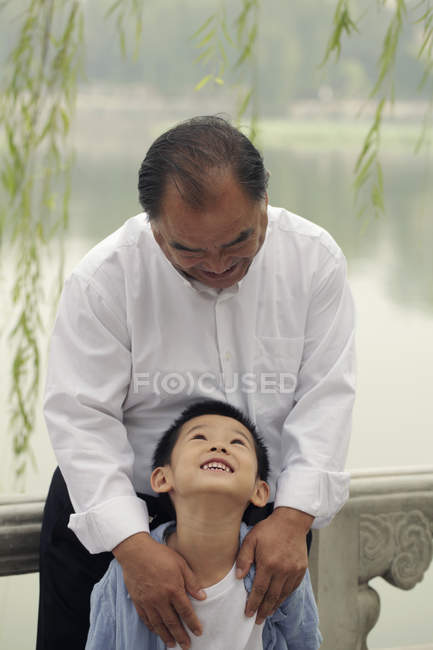 Дід дивиться на молодий хлопчик — стокове фото