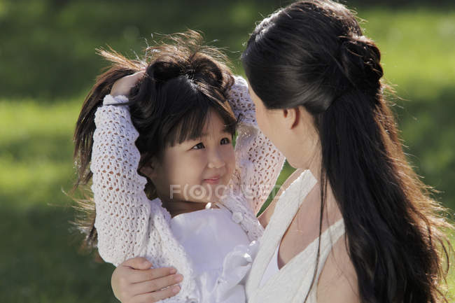 Мать и дочь играют на улице — стоковое фото
