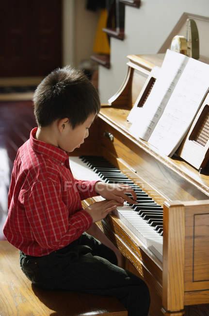 Junge spielt klavier — Stockfoto