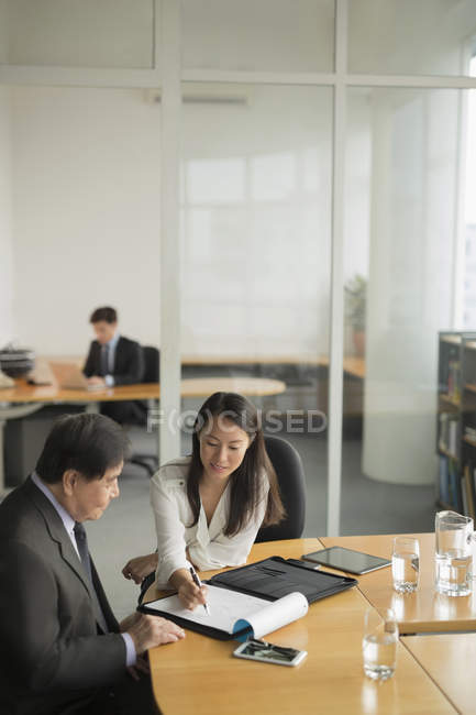 Businesspeople having discussion — Stock Photo