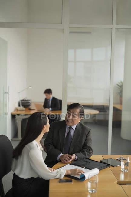 Discusión de empresaria con colega - foto de stock