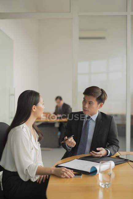 Бізнес-леді обговорення з колегою — стокове фото