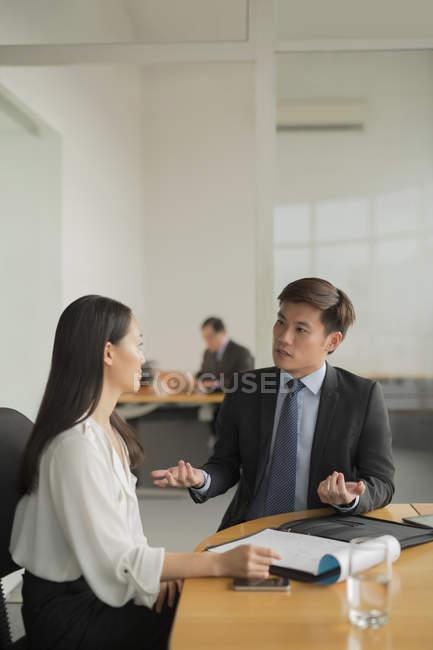 Discussão de mulher de negócios com colega — Fotografia de Stock