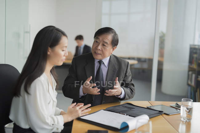 Businesswoman discussion with colleague — Stock Photo