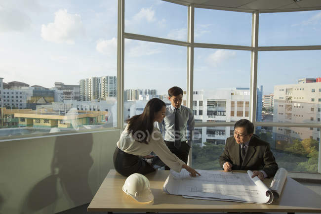 People discussing architectural plans — Stock Photo