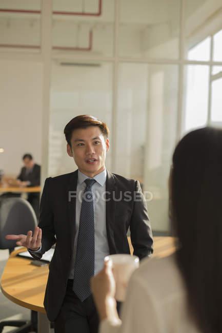 Бізнесмен розмовляє з колегою — стокове фото