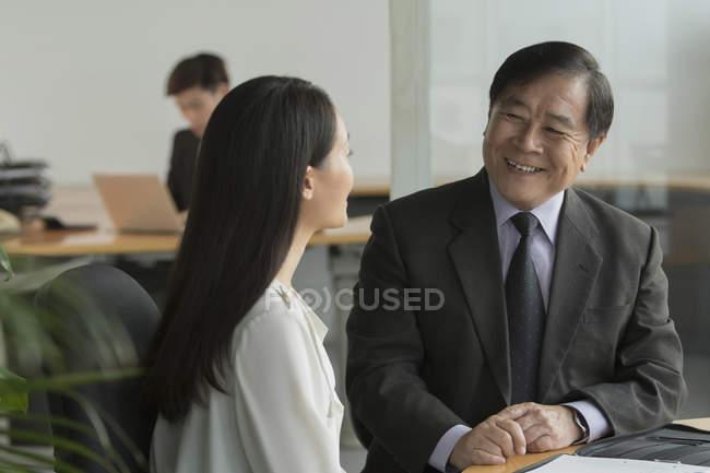 Ділові люди обговорюють в офісі — стокове фото
