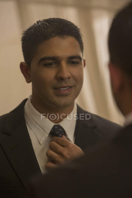 Homem vestindo gravata — Fotografia de Stock